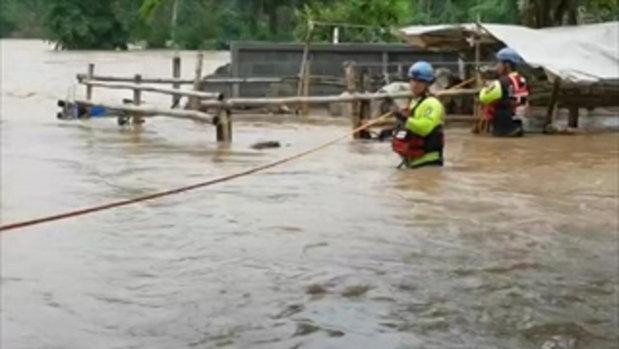 กู้ภัยใช้เรือท้องแบน ช่วยชาวโคราชน้ำท่วม