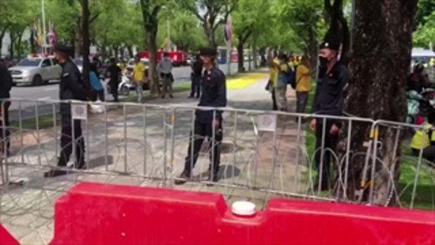 ตึงเครียด!! รถเมล์จอดขวางถนนกันม็อบบุก - ตำรวจเติมกำลัง