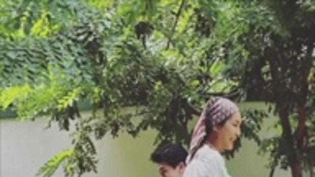 """""""เคน ธีรเดช"""" น่ารักให้ช่อดอกไม้ """"หน่อย บุษกร"""" ชีวิตรักหวานครบ 20 ปี"""