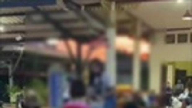 เกินไปไหม? ป้าแม่ค้าตบหน้านักเรียนหญิงกลางสถานีรถไฟ เหตุไม่ยืนเคารพธงชาติ