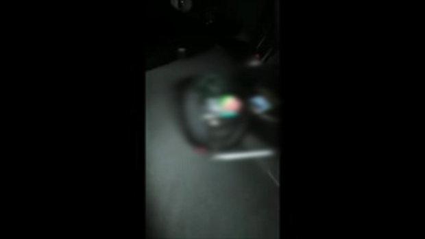 การ์ดม็อบอัดคลิปแฉ พบยาไอซ์พร้อมอุปกรณ์เสพในรถตำรวจ