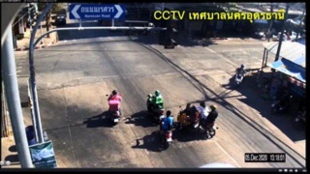 กล้องจับนาทีหนุ่มคลั่งแทงคอ 2 สาว กลางสี่แยกเมืองอุดรฯ เพื่อนซ้อนท้ายช็อกกระโดดหนี