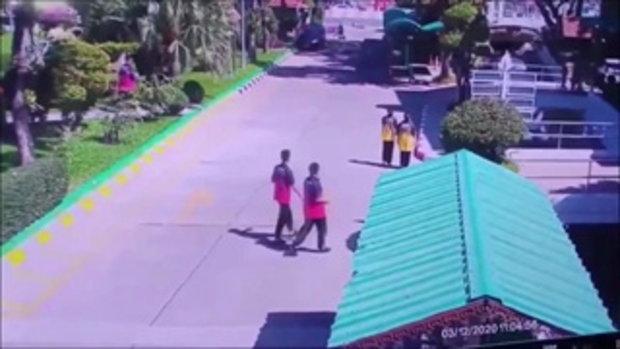 นักเรียนวิ่งหนีตายระทึก สาววูบกะทันหันขณะขับรถเข้าโรงเรียน พุ่งชนเสาจนป้ายหัก