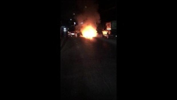 หนุ่มพนักงานส่งพัสดุพุ่งชนรถเบนซ์ บิ๊กไบค์ไฟลุกไหม้ทั้งคัน