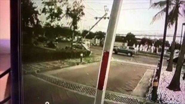 คลิปนาทีทายาทบ้านจัดสรร ซิ่งรถหรูชนเสาไฟหัก 3 ท่อน รถเหลือแต่ซาก คนจับเจ็บนิดเดียว