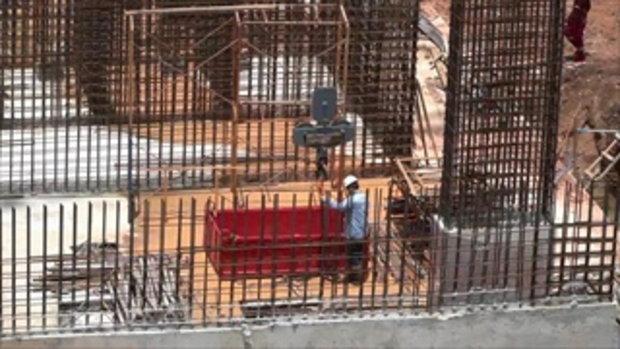 หนุ่มคนงานขับเครนก่อสร้าง  เคราะห์ร้ายถูกผึ้งหลวงรุมต่อยลงจากเครนไม่ได้