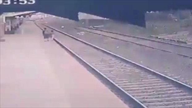 เผยคลิปเฉียดตาย! พนักงานรถไฟอินเดีย โผลงรางช่วยเด็กตกชานชาลา ก่อนรถไฟเทียบ