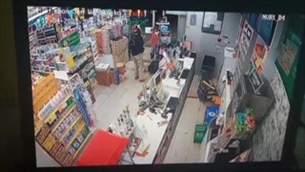 เผยภาพวงรปิด โจรอ้วนผอมควงปืน ชิงทรัพย์ร้านสะดวกซื้อกวาดเงินหมื่น