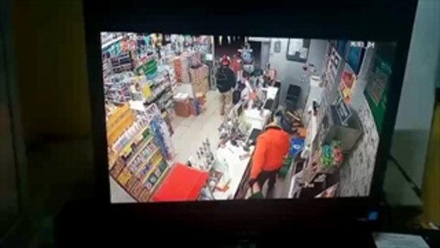 2โจรควงปืนชิงทรัพย์ร้านสะดวกซื้อย่านมีนบุรีกวาดเงิน1หมื่นบาท