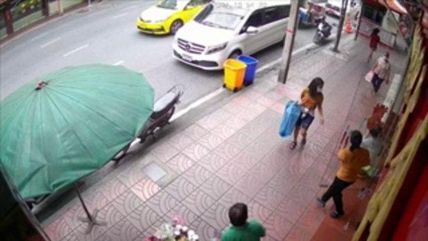 เตือนภัย! สาวเร่ร่อน กระโดดตบป้า ขณะเดินขณะเดินซื้อของ