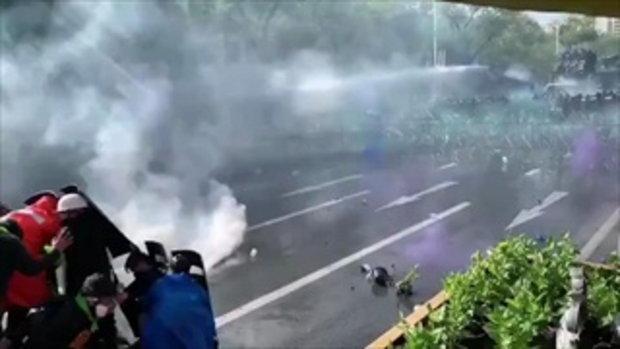 #ม็อบ18กรกฎา ตำรวจฉีดน้ำ-ยิงกระสุนยาง-แก๊สน้ำตา สกัดขบวนผู้ชุมนุมเคลื่อนไปทำเนียบฯ