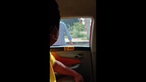แม็กกี้ เชิญยิ้ม เจอแท็กซี่หัวร้อนไล่กวดกว่า 5 กิโล คว้าเหล็กจะทำร้าย