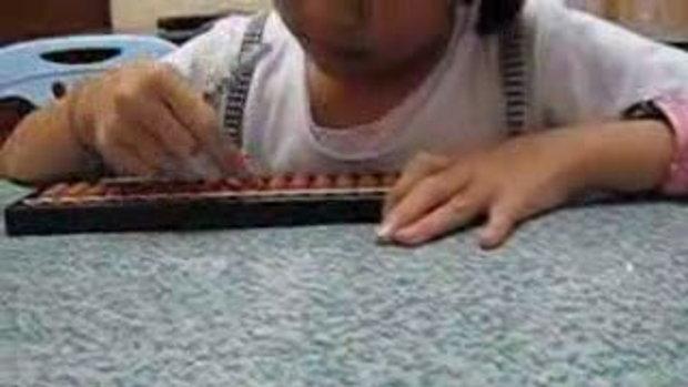 ภาพน้องนักเรียน NADA ใช้ลูกคิดญี่ปุ่นในการเรียนค่ะ