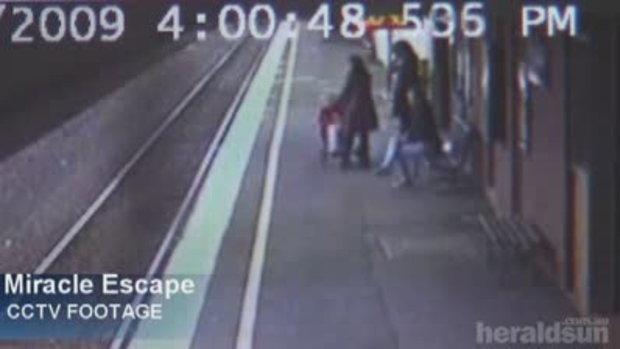 คลิปปอุบัติเหตุ รถเข็นเด็ก ตกรางรถไฟ