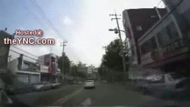 สองแม่ลูกวิ่งข้ามถนน โดนรถชน