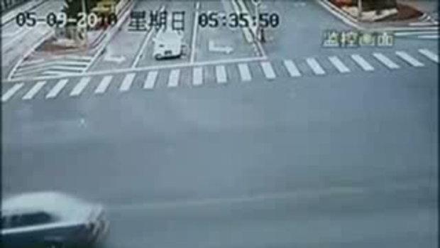 อุบัติเหตุ สยอง คนขี่จักรยาน รอด! อย่างปาฏิหาริย์