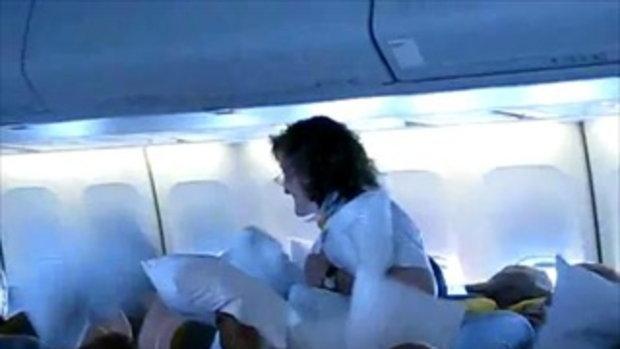 สงครามหมอนบนเครื่องบิน!!