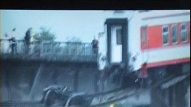 สลด! น้ำซัดรางรถไฟขาดที่จีน