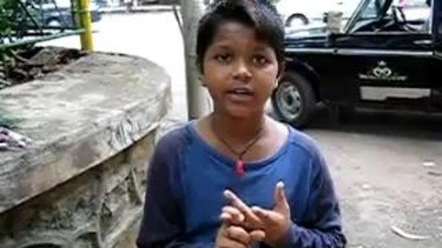 เด็กอินเดีย ขายของริมถนน พูดได้ 7 ภาษา