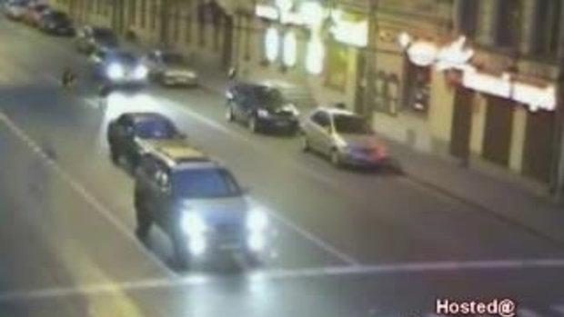 อุบัติเหตุรถชน ขณะอยู่กลางถนน สยอง!