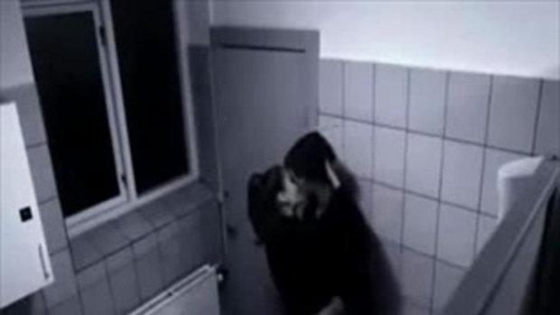 โดนผู้หญิงซ้อมในห้องน้ำ