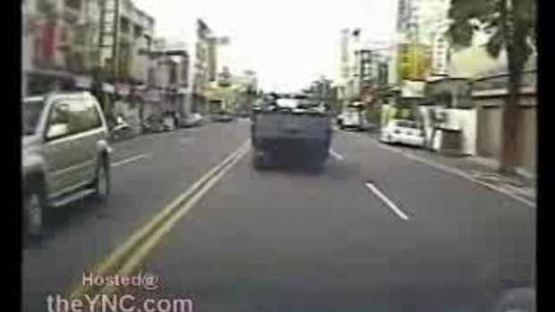 ข้ามถนนวิ่งตัดหน้ารถกระชั้นชิด