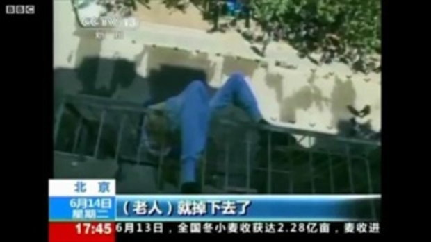 ชายจีนตกตึก ขณะเช็ดกระจก