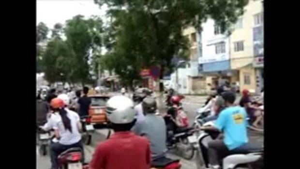 ตำรวจเวียดนาม ใจเด็ด เกาะหน้ารถแท็กซี่