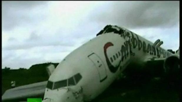 เครื่องบินชนรั้วเหล็ก หัก 2 ท่อนที่ กายอาน่า