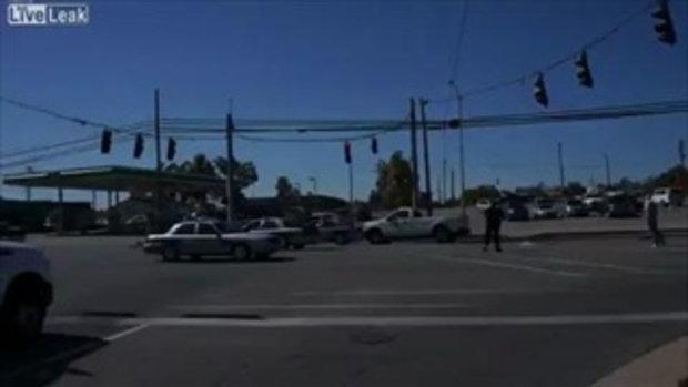 ตำรวจพยายามหยุดรถโจรขณะขับหนี