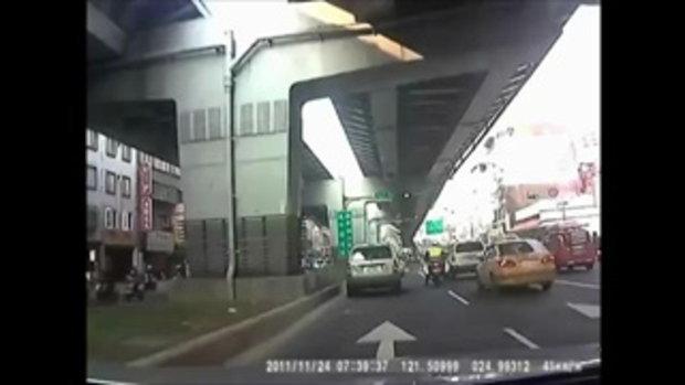 โครตโหด..ขับรถชนจราจรเพราะไม่พอใจถูกตรวจ
