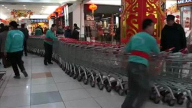 ทำเอาอึ้ง! วิธีเอารถเข็นเก็บ ของห้างในจีน