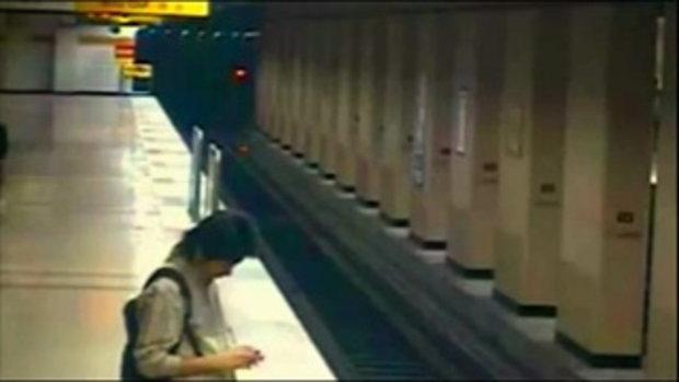 ฮีโร่ตัวจริง วิ่งเข้าไปช่วย หนูน้อย ตกรางรถไฟ