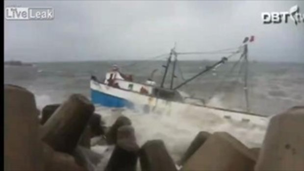 กู้ภัยเรือหากุ้งที่กำลังจะจมเพราะแรงคลื่นพายุ