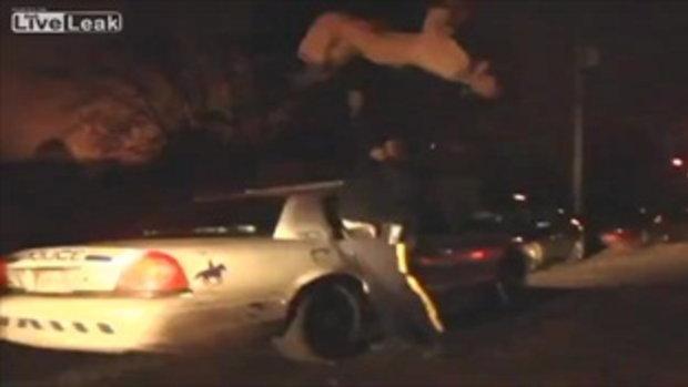 คึกคะนองจัด!! วัยรุ่นโดดตีลังกาโชว์บนหลังคารถตำรวจ
