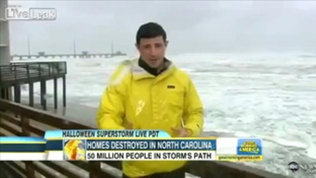 พายุเฮอริเคนแซนดี้! ซัดคลื่นโหดใส่ผู้รายงานข่าวหวิดดับ