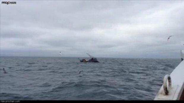 ลอยคอ! ชาวประมงช่วยชีวิต 2 ชายเรืออับปางกลางทะเล