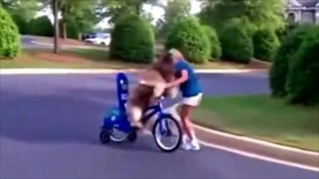 สาวสวยสอนหมาปั่นจักรยาน น่ารักอ่ะ