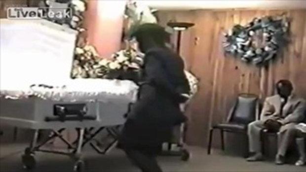 เธอบ้าไปแล้ว มาเต้นชักดิ้นชักงอกลิ้งไปกลิ้งมาต่อหน้าศพ