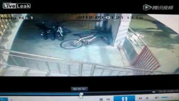 หัวขโมยจักรยาน ซวยโดนนักเพาะกายรุม 5 ต่อ1