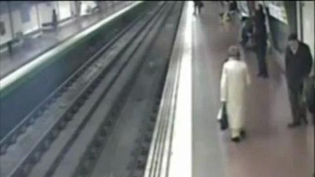 สุดระทึก ! ฮีโร่ตัวจริง หนุ่มใจเด็ด โดดลงไปช่วย ชายตกรางรถไฟฟ้า
