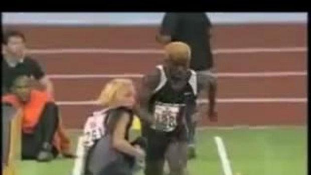 ชนอย่างจัง! นักกีฬาสาว ไม่ได้มองเดินเข้าลู่วิ่ง