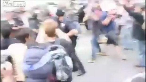 ตำรวจโดนผู้ประท้วงตบกบาล