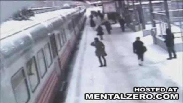 โหด!...ผลักอริใส่รถไฟ