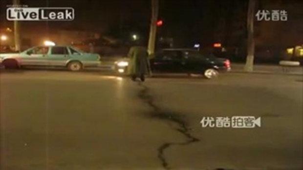 กล้าจริง! หนุ่มจีนยืนฉี่กลางถนนจราจร