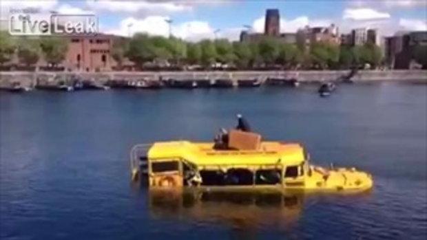 วินาทีกู้ภัย 31 ชีวิต! ขณะรถบัสนักเรียนกำลังจะจมน้ำ ในอังกฤษ