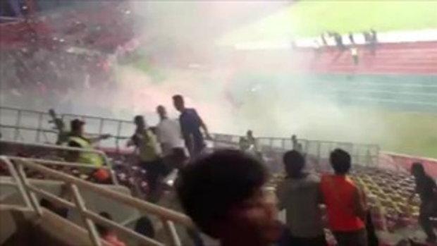 แฟนบอลเมืองทอง จุดพลุโยนใส่แฟนบอลบุรีรัมย์ หลังเกม หลังเกมแพ้