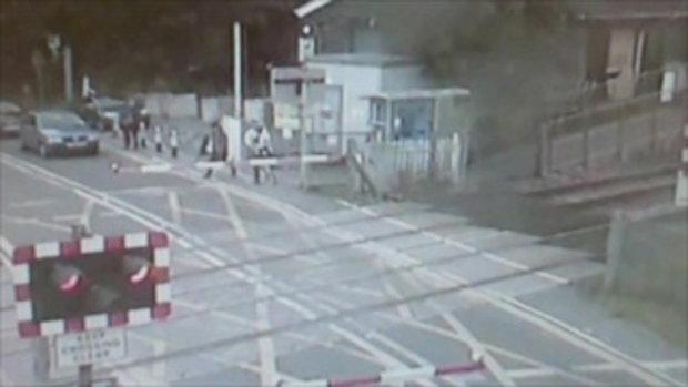 คลิปนักปั่นพุ่งข้ามทางรถไฟ เฉียดถูกชนดับเพียงเสี้ยววินาที