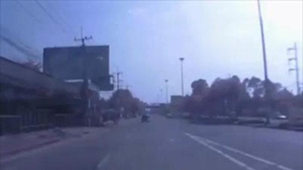 แว๊นพัทยาล้มกลิ้งกลางถนนเกือบโดนเหยียบซ้ำหวุดหวิด