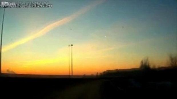 ตะลึงจริงหรือมั่ว! จับภาพวินาทียาน UFO พุ่งมาพร้อมกับลูกอุกกาบาตในรัสเซีย